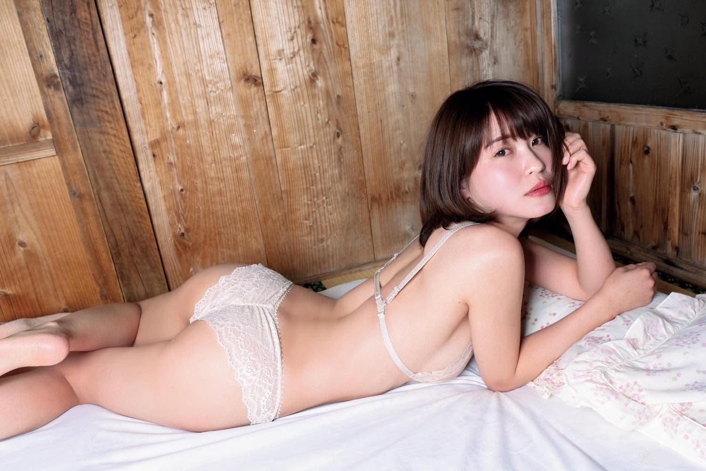 【動画付き】グラビアアイドル・岸明日香が自身の新作DVDを観ながらテレまくる!の画像004