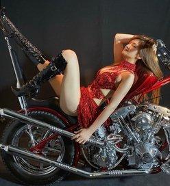 金山睦「妖艶ドレスでバイクに乗って…」色気がフルスロットル!