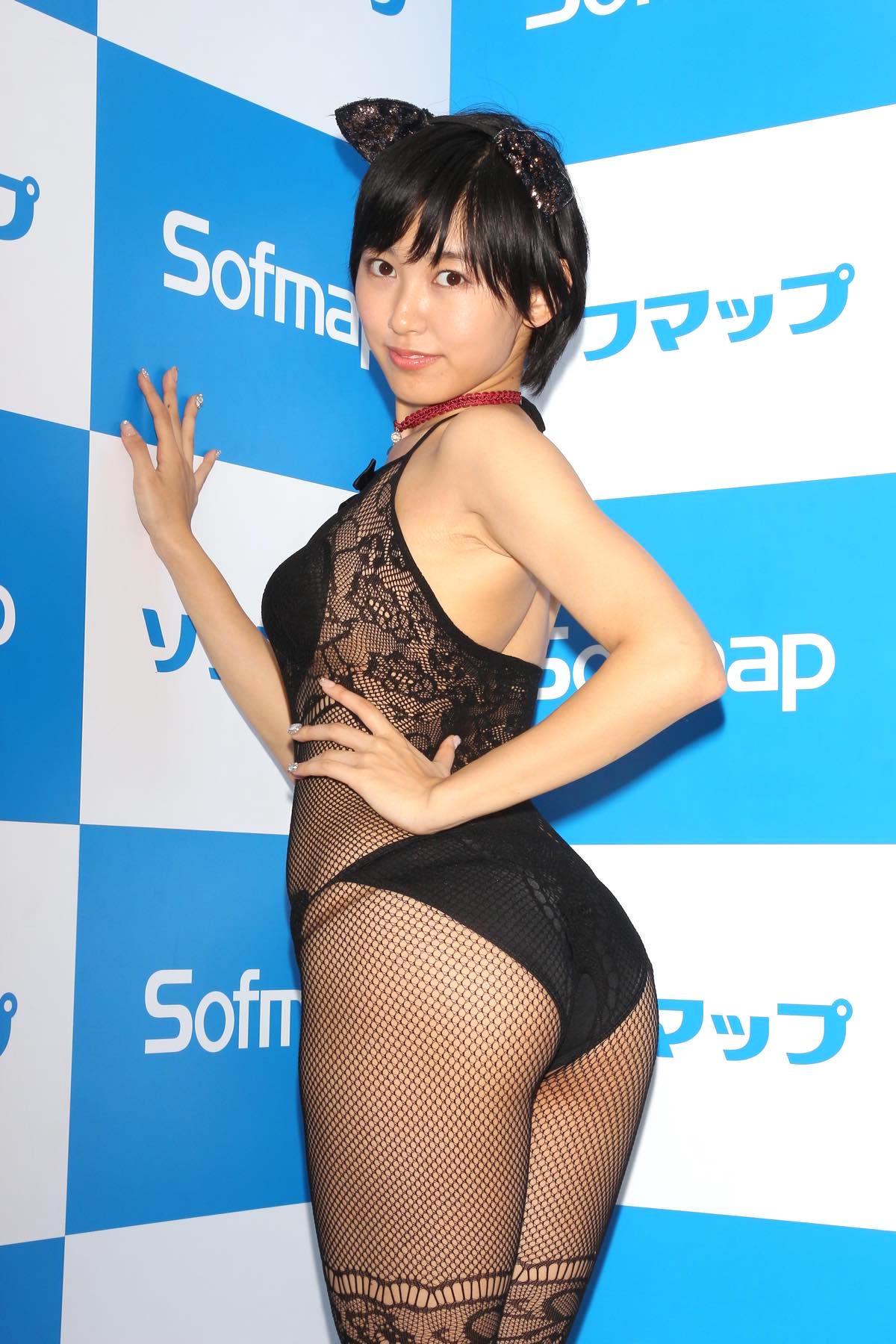 咲村良子「通行人から見えたかも?」屋外でY字ポーズ【写真29枚】の画像006