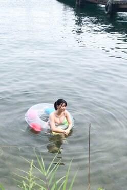 NMB48上西怜「琵琶湖にプカプカとセクシー」ファースト写真集の撮影オフショットを公開の画像