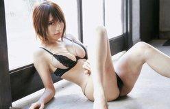 """清水あいり「胸の形がクッキリ!」""""下着跡""""も生々しい悩殺ポーズ"""