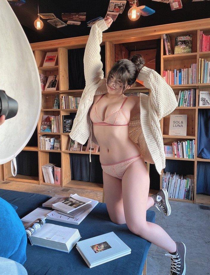 Hカップ乳・ちとせよしの「むっちり豊満ボディのメガネ女子」一緒に読書がしたい!【画像3枚】の画像