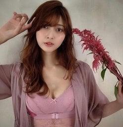 アンジェラ芽衣「秋色ブラに包まれた美白乳」透き通るほど美しい!の画像