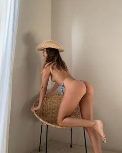 マチルダ・タント「フランス生まれの桃尻」トップレスで日焼けした肌を大公開!【画像2枚】の画像
