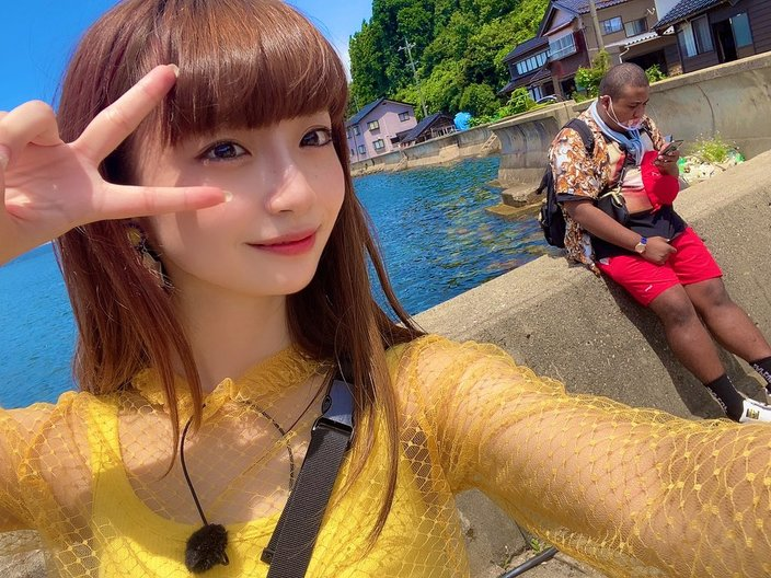 NGT48荻野由佳「後ろが気になる?」シースルー衣装であの人とツーショットの画像