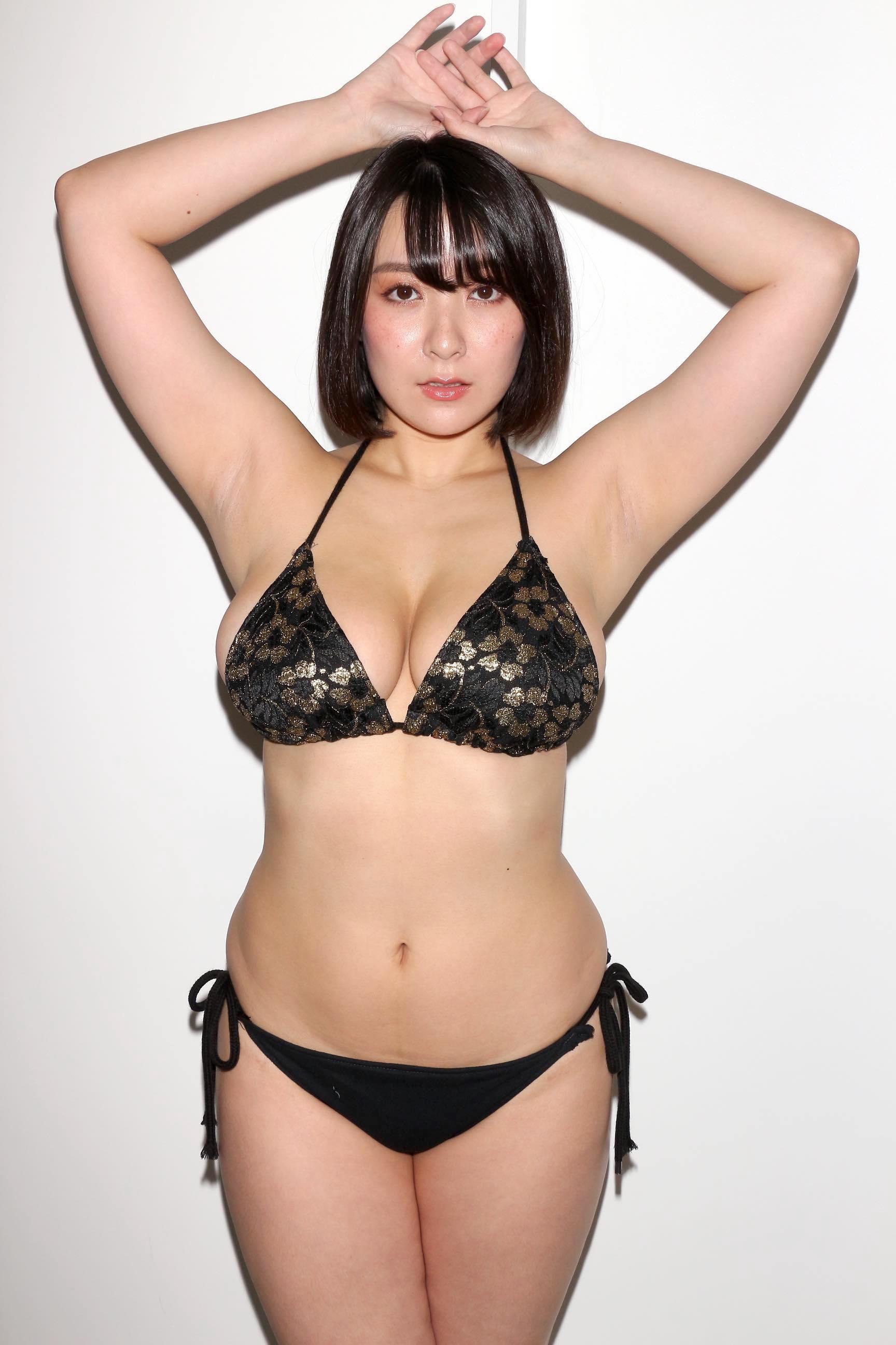 紺野栞「胸が成長しっぱなし」Hカップがキツくなっちゃった【写真28枚】の画像013