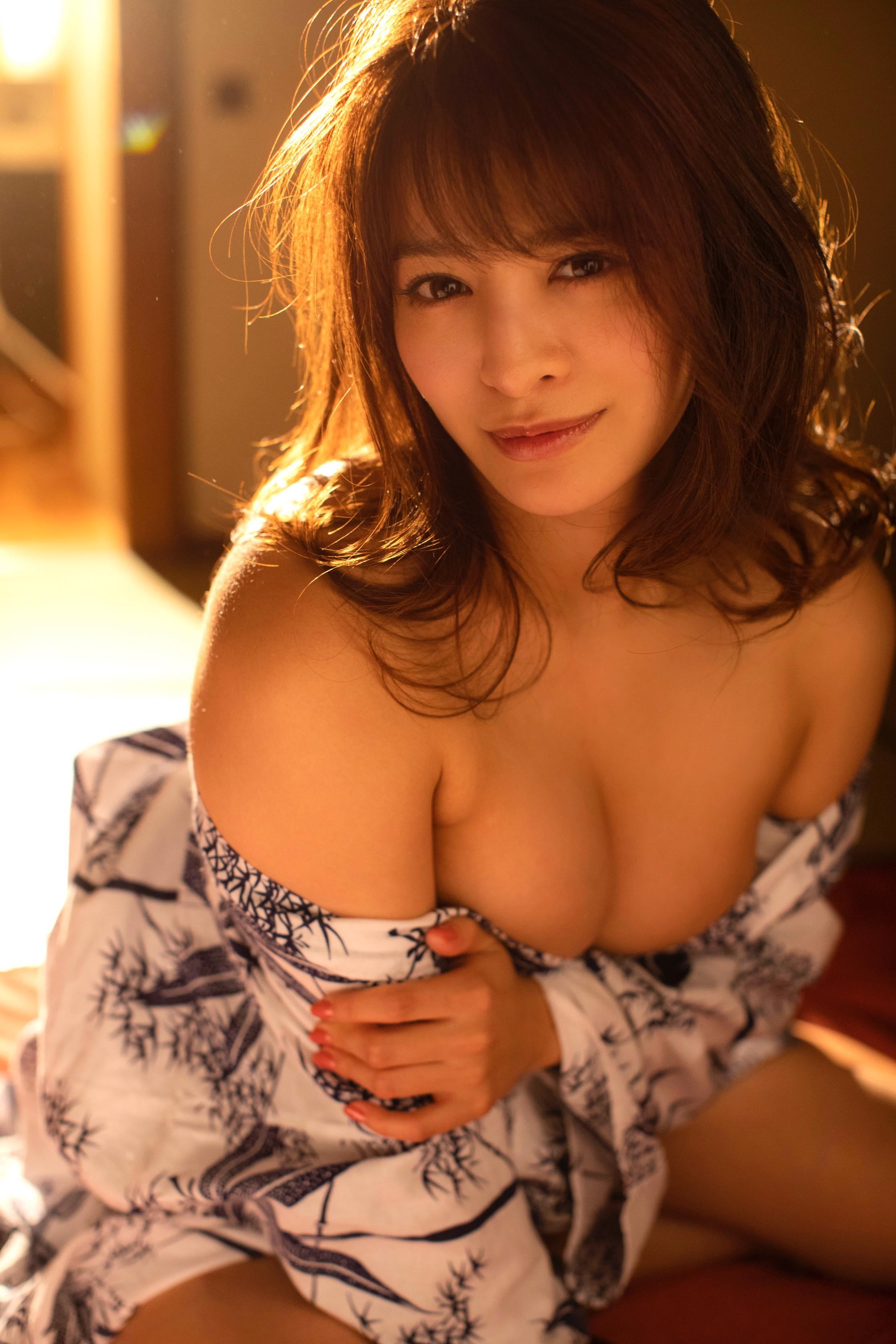 春菜めぐみ「浴衣をはだけて…」豊満ボディで誘惑!【写真22枚】の画像010