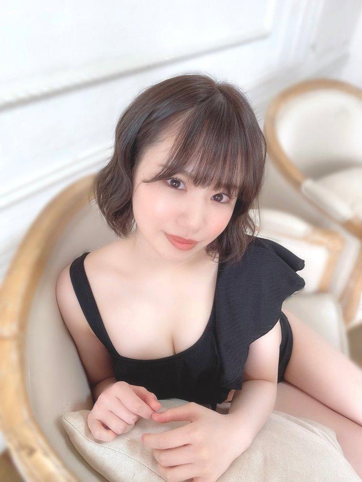NMB48水田詩織「オトナセクシーな黒水着にドキっ」雑誌グラビアのオフショットを公開【画像2枚】の画像