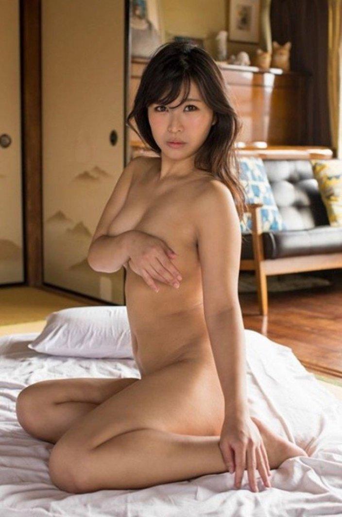 西村禮「丸裸でどうしよう…」絶妙なポーズでポロリ死守!の画像