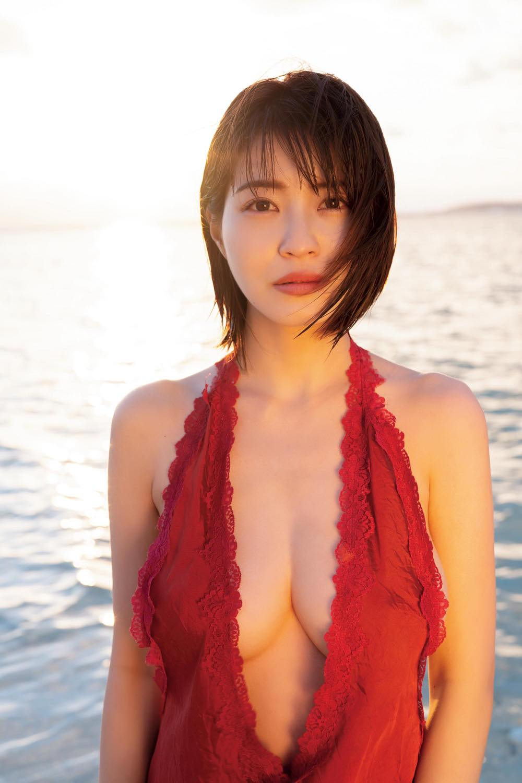 【動画付き】グラビアアイドル・岸明日香が自身の新作DVDを観ながらテレまくる!の画像003