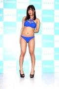 綾瀬凛「こ、ここが開いてる」変形競泳水着に四苦八苦!?【写真27枚】の画像002