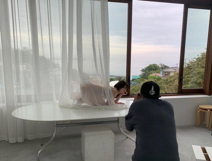 元AKB48前田亜美「オトナなあーみんにドキっ」雑誌グラビアの撮影オフショットに反響【画像3枚】の画像