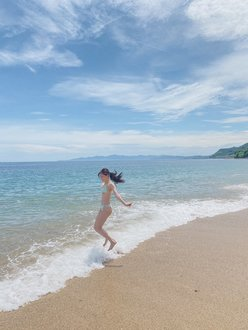 "NMB48上西怜""グループ屈指の美ボディ""「海の上でジャンプ!」雑誌グラビアのオフショットを公開【画像2枚】の画像"