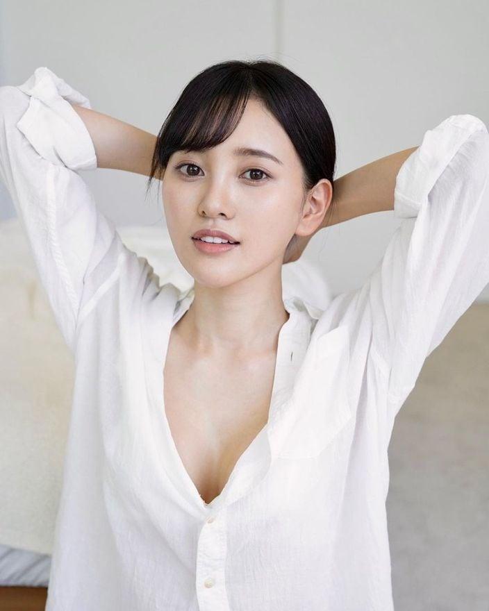 兒玉遥「大胆な胸元にドキッ」オーバーサイズの白シャツ姿がセクシー…【画像2枚】の画像
