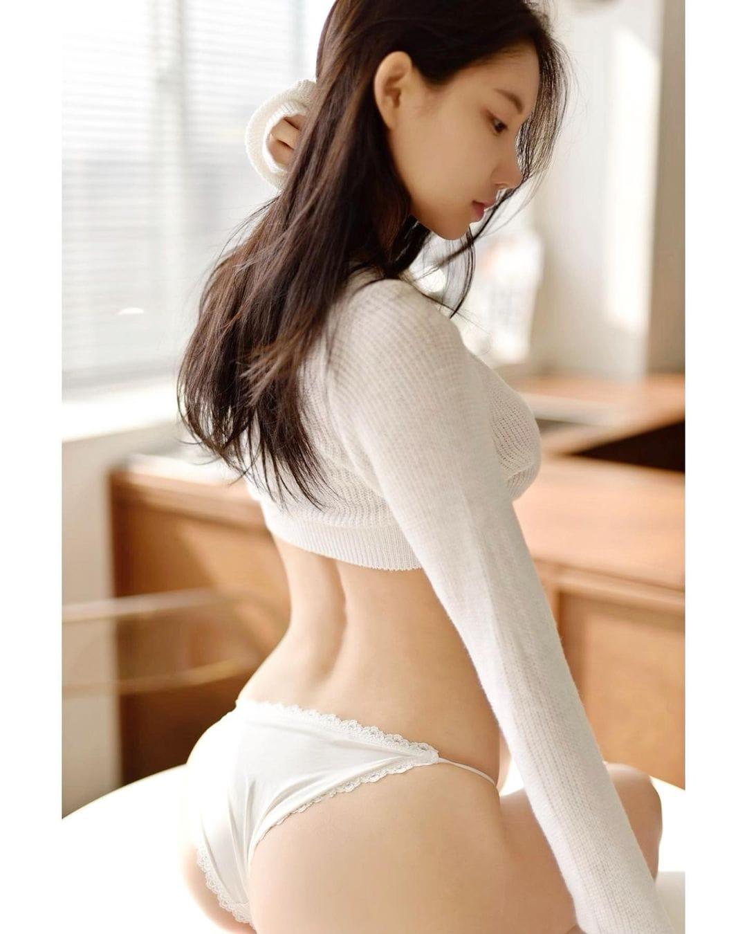 DJミユ「ショーツに包まれた桃尻がセクシー」清純な白に美肌が映える…【画像2枚】の画像001