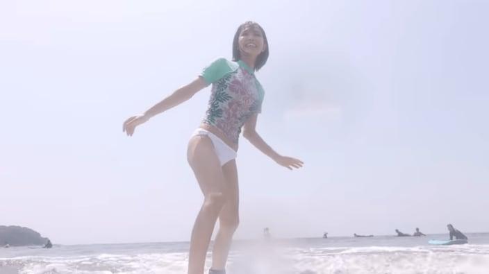 寺本莉緒「バストが際立つウェットスーツ」YouTubeでサーフィン初体験!の画像