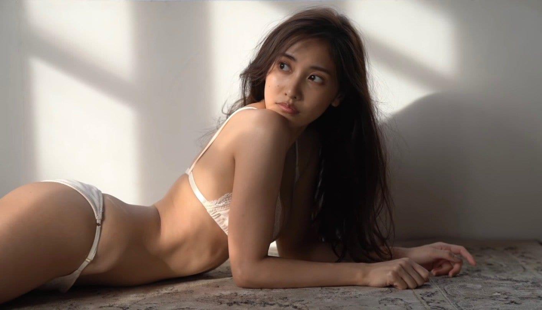 佐野ひなこ「神が授けた美くびれが進化!」仕上がりまくりのボディで魅せる【画像2枚】の画像002