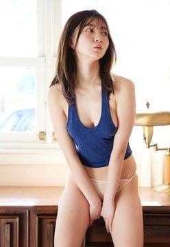 """Eカップ令嬢""橋本萌花「横乳ハミ出しすぎ!」日常感ある部屋着で誘惑の画像"