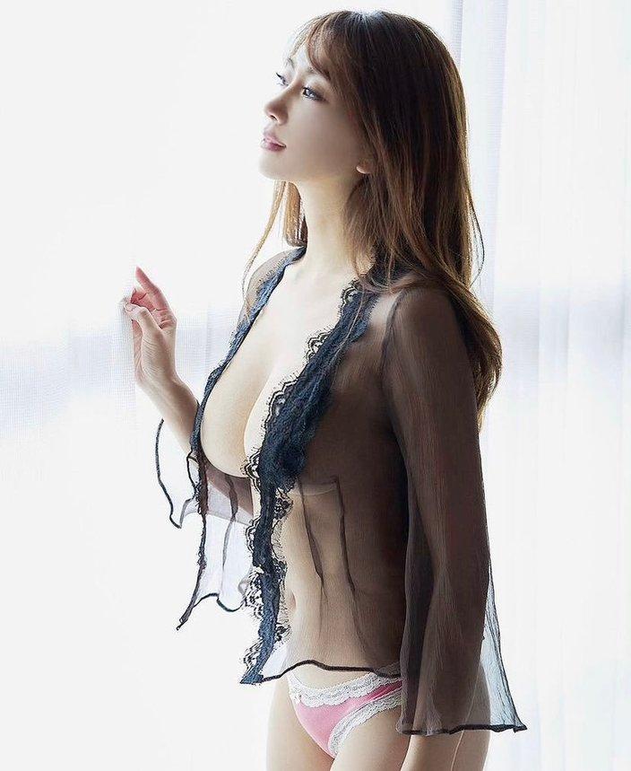 """""""グラビア女王""""森咲智美「透けドレスから横乳くっきり!」芸術的なバストラインを強調の画像"""