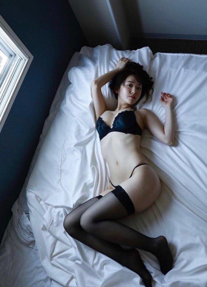 忍野さら「G乳美女とランデブー」ベッドで腰をくねらせて誘惑!【画像2枚】の画像