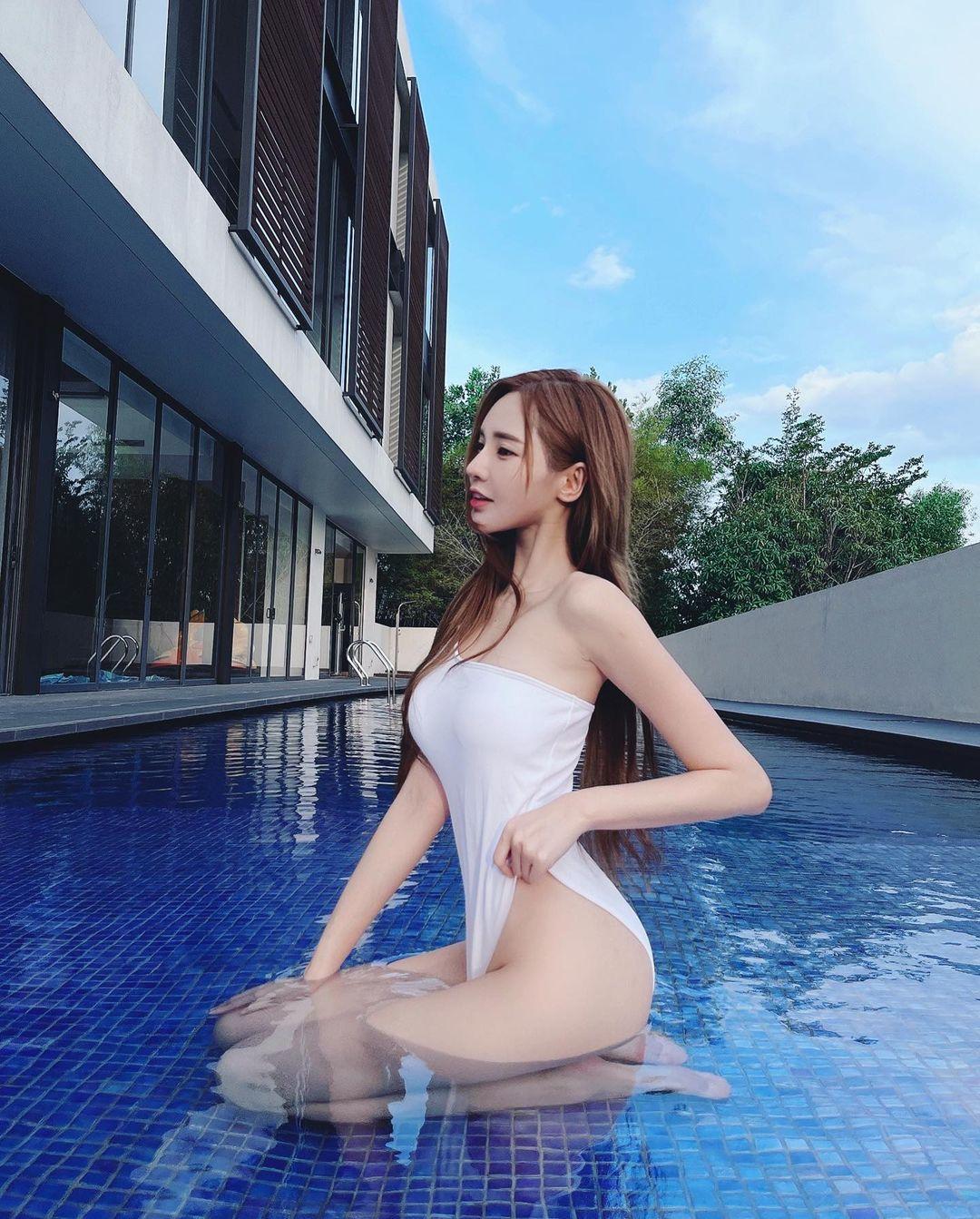 """ユミ・ウォン「純白のハイレグ姿がセクシー!」マレーシアの""""リアル8頭身""""【画像2枚】の画像001"""