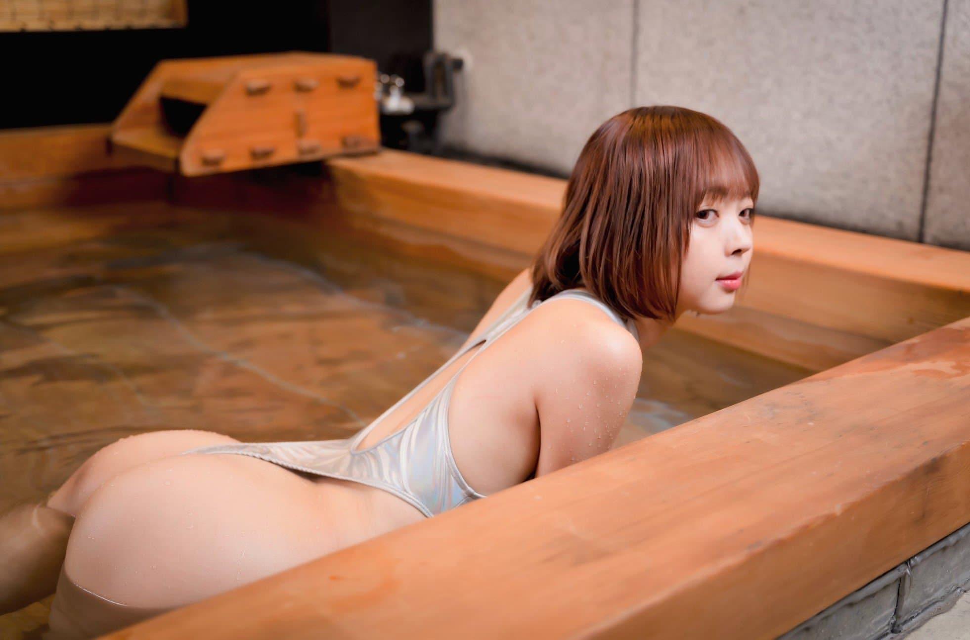 """""""東大卒美女""""東堂とも「ハイレグ競泳で温泉を堪能」プカプカと浮かぶ尻が美しい…【画像3枚】の画像001"""