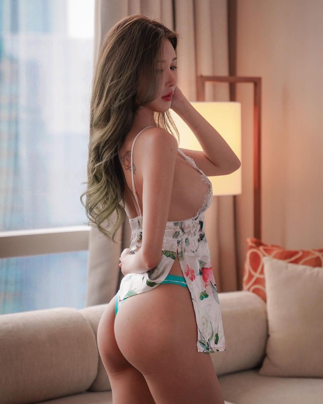 ガティタ・ヤン「裸エプロン風のセクシー横乳!」ツンと上を向いたお尻がセクシー【画像2枚】の画像002