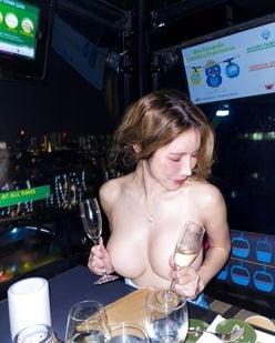 シン・ユリ「だいぶ酔っちゃった?」セクシーな上裸スタイルで春節をお祝いの画像