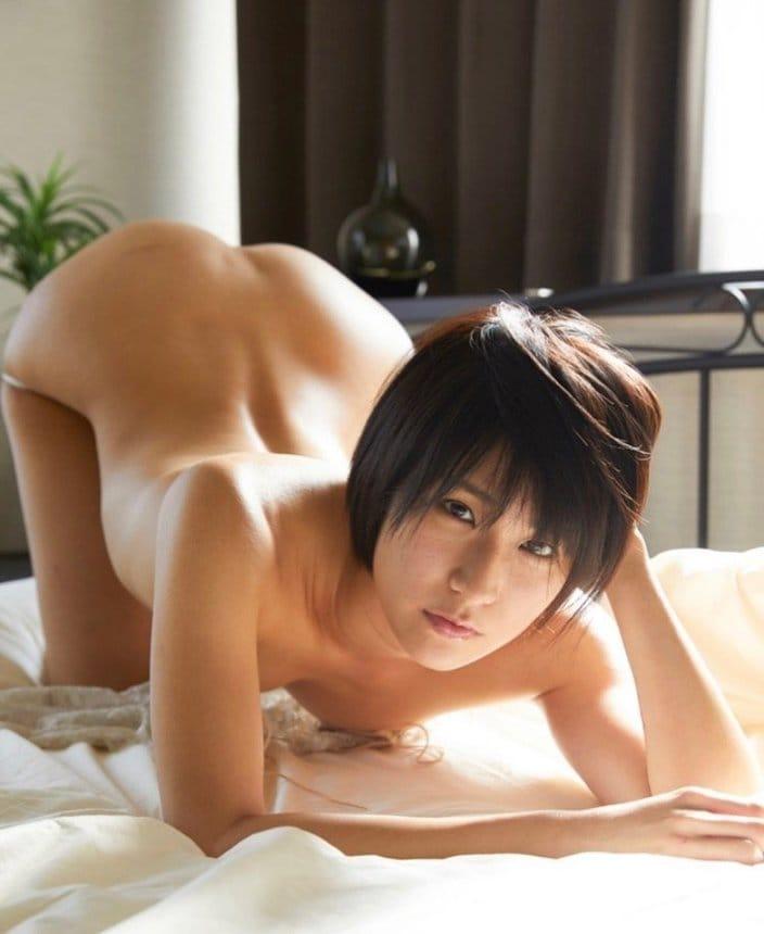 美尻女王・来栖うさこ「ベッドですっぽんぽんに…?」史上最高に過激な四つん這いの画像