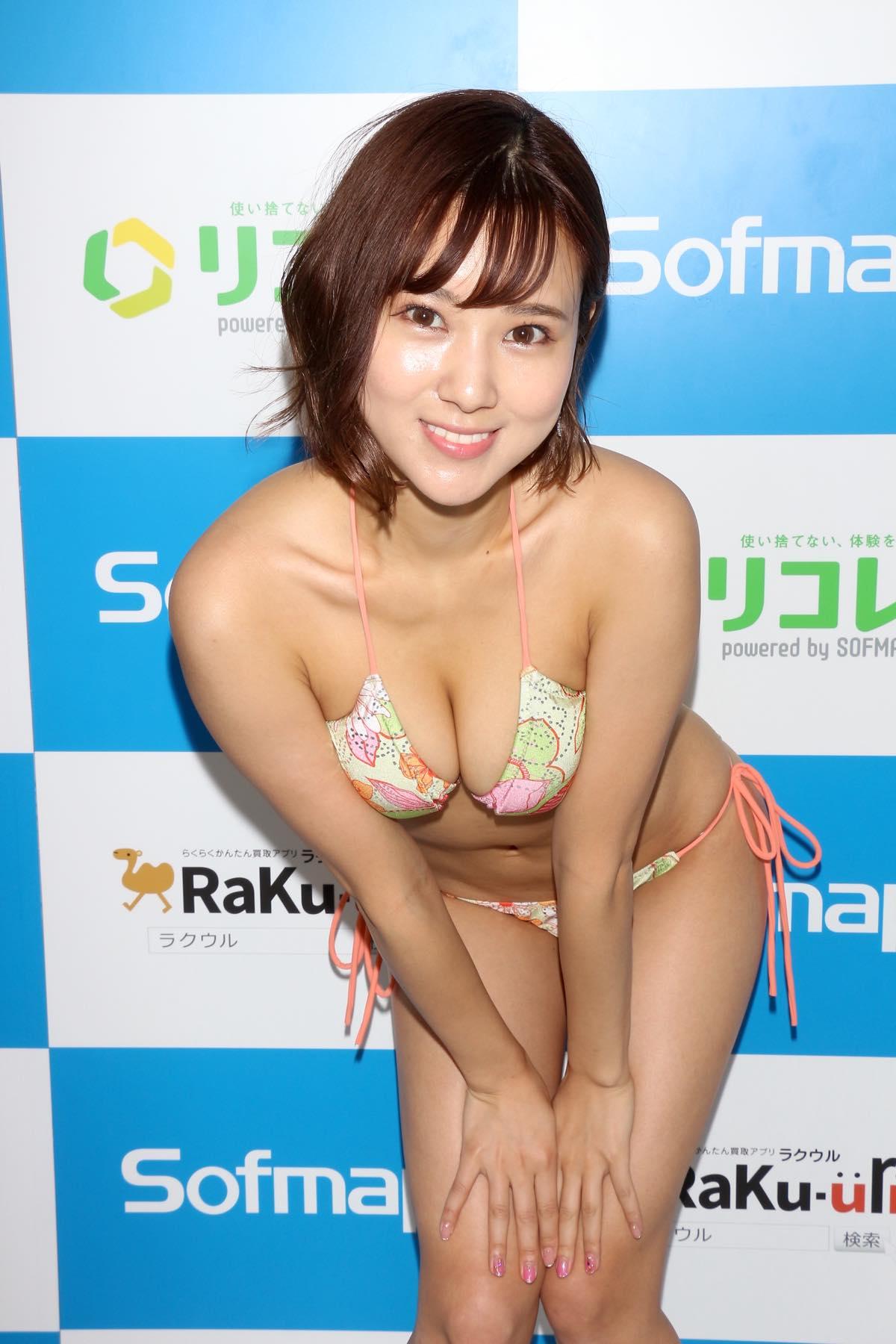 西原愛夏「現役の歯科衛生士」白衣の下は極小下着【写真34枚】の画像018