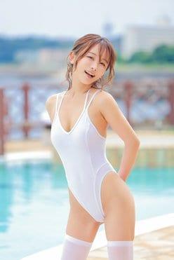 いくみ「ハイレグの純白競泳水着」おへそと尻が透けてる!【画像2枚】の画像