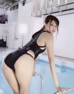 夏本あさみ「ピタピタ競泳水着の見返り美女」自慢のプリ尻を強調!【画像2枚】の画像