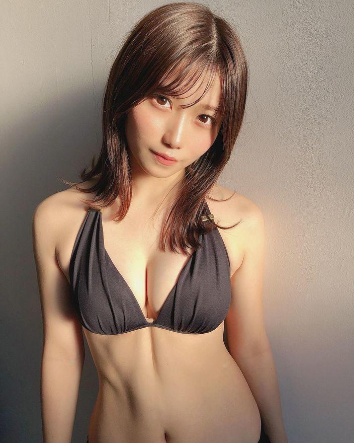NMB48菖蒲まりん「腹筋の縦すじがはっきりと…」グラビア撮影のオフショットで美ボディ披露【画像5枚】の画像