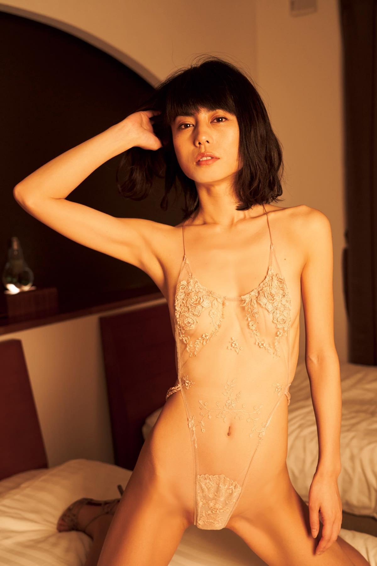 芳野友美「アラフォーの色気が満載」スレンダーな競泳水着姿007