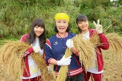 NGT48と小林幸子がタッグ結成!? 日下部愛菜と本間日陽が農家で脱穀体験【写真8枚】の画像