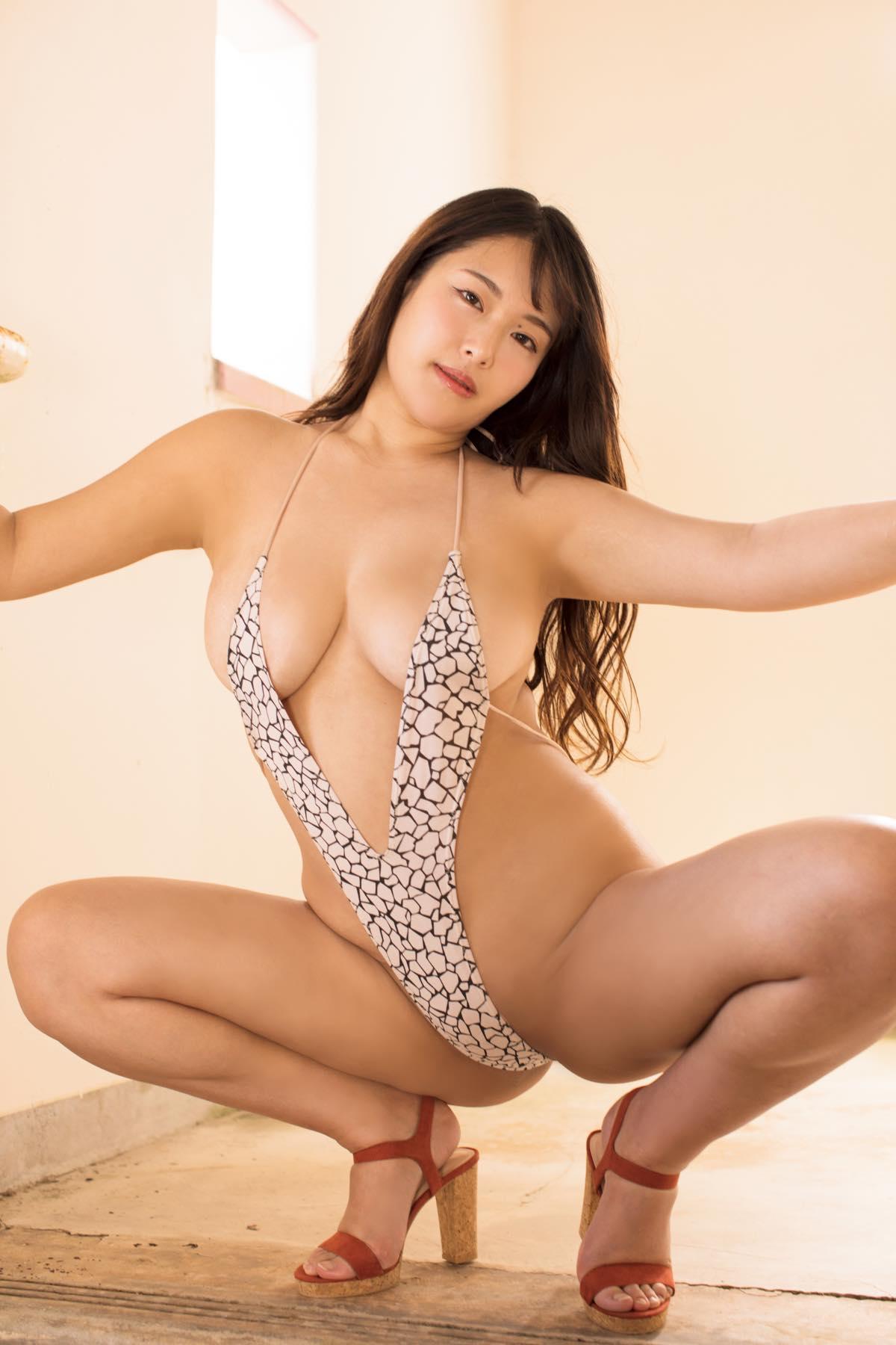 秋山かほ「胸が大きすぎてチェーンがちぎれちゃいました」【写真12枚】の画像002