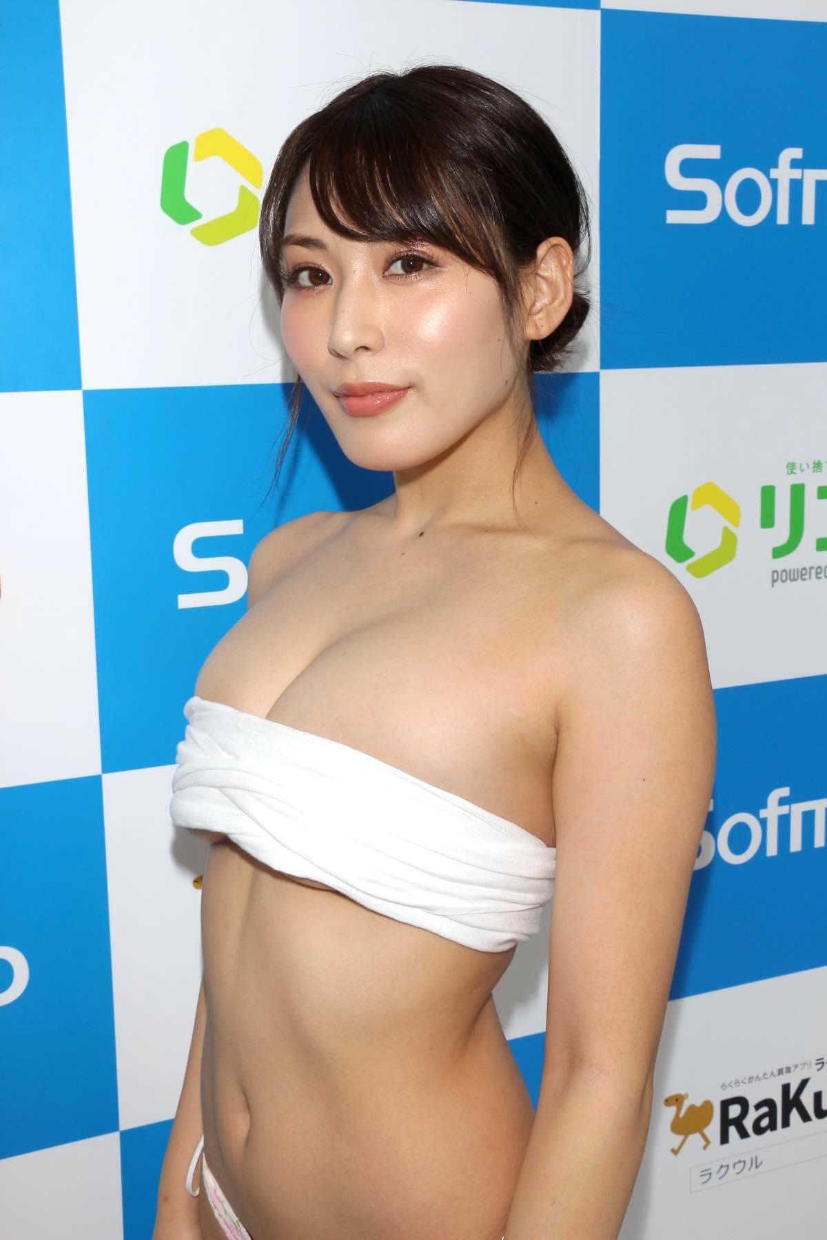 金子智美の水着ビキニ画像16