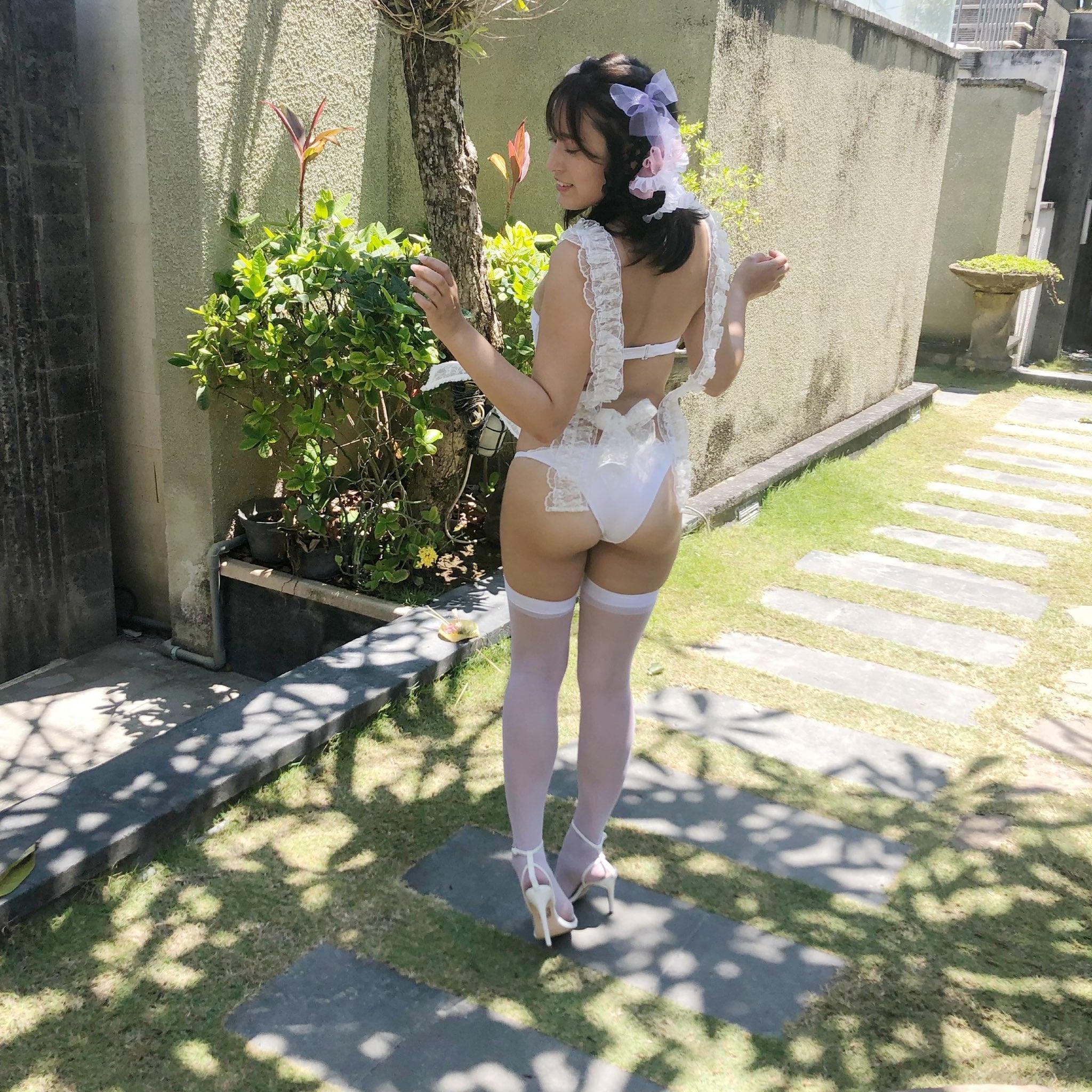 平田梨奈「えっちなメイド姿にドキっ…」はみ出そうな美尻を屋外で…【画像2枚】の画像001