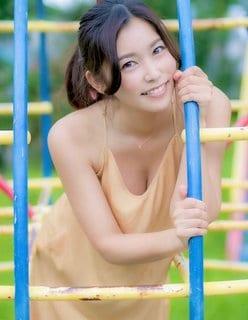 元保育士・江藤菜摘「公園であざとい胸チラ」優しい笑顔で魅了の画像