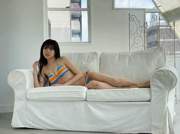 NMB48貞野遥香「海行きたいなぁ~」夏らしいビキニで雑誌グラビアのオフショットを公開【画像3枚】の画像