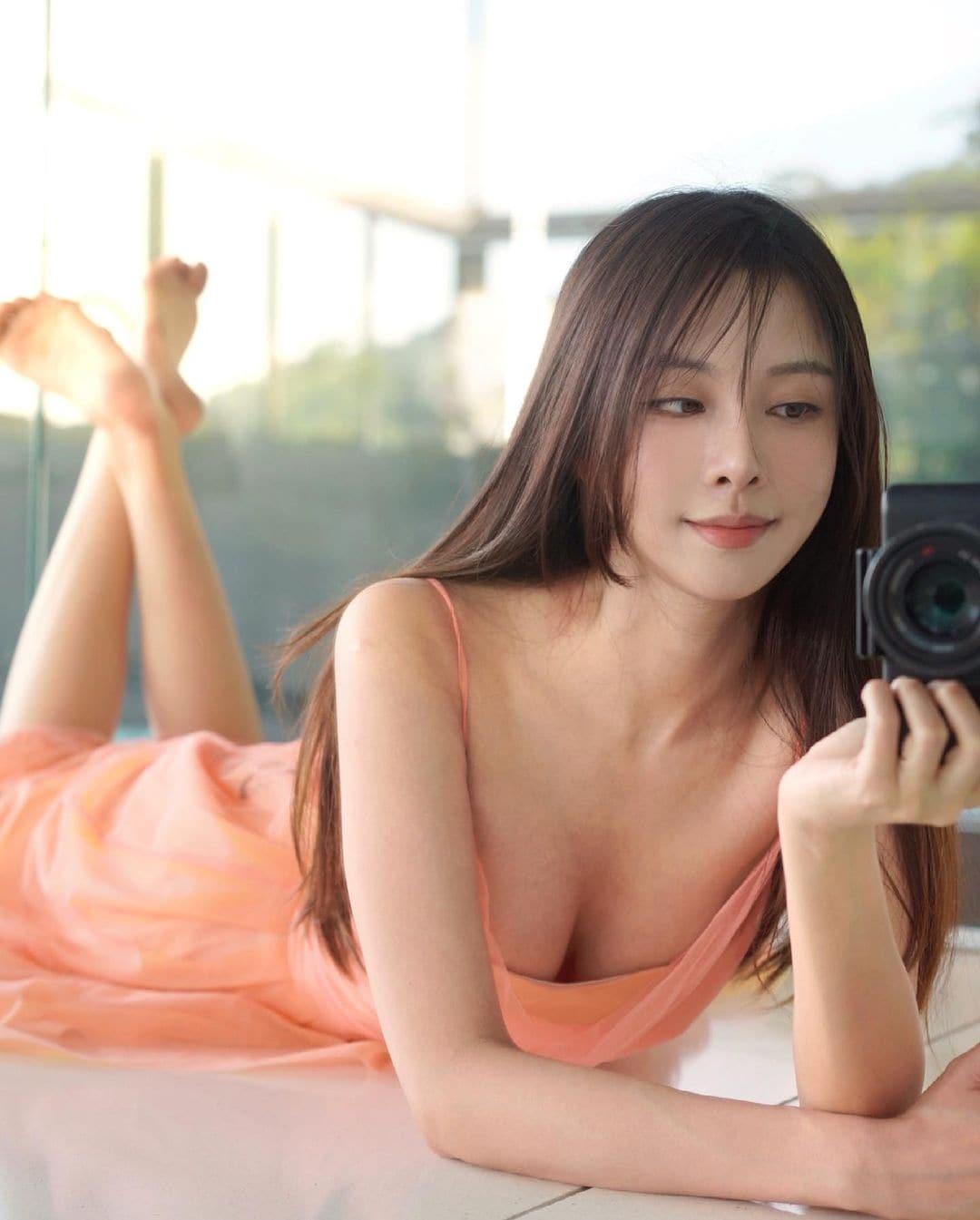 """""""マレーシアの美ボディセレブ""""キャスリン・リー「胸元ユルユル」ドレスで自宅ファッションショー?【画像3枚】の画像003"""