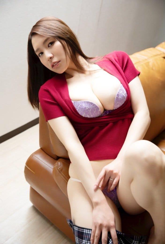 夏来唯「パツパツ下着で挑発的に誘惑」色気ある人妻に扮して…の画像