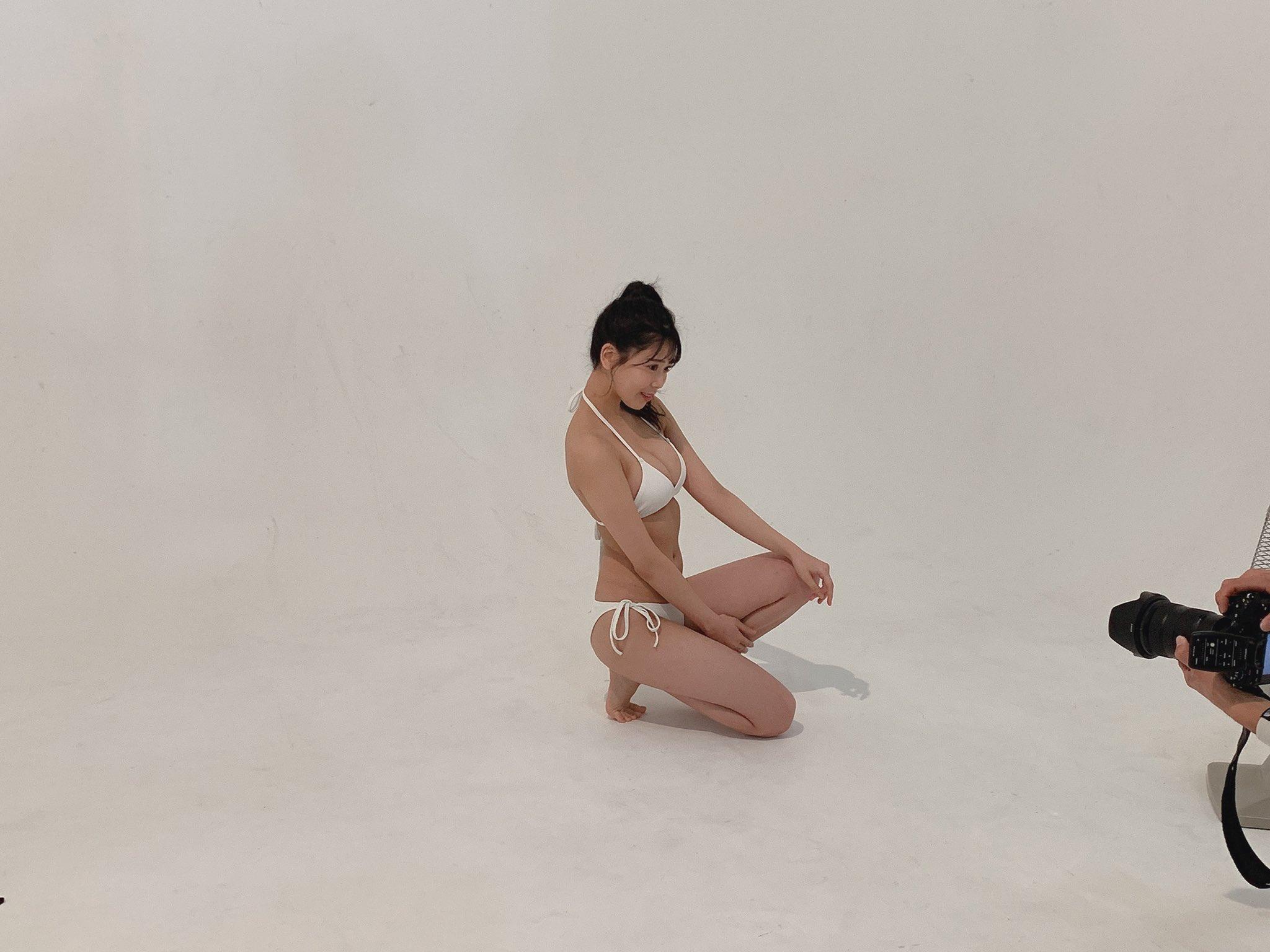 NMB48安田桃寧「美スタイルが映える白ビキニ…」水着グラビア撮影中のオフショットを公開【画像2枚】の画像001