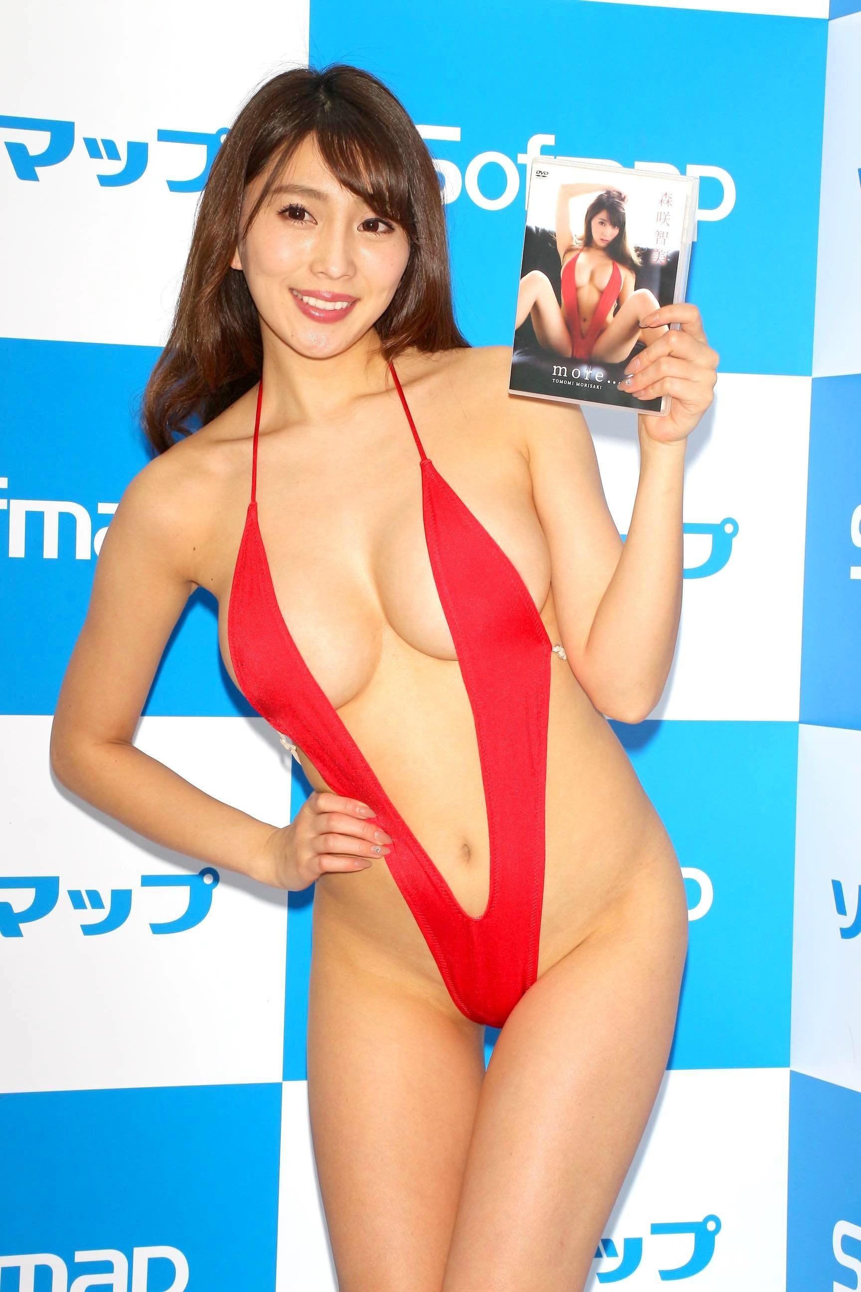 森咲智美「下乳も横乳も谷間も」超Vレグで全開に!【写真21枚】の画像020