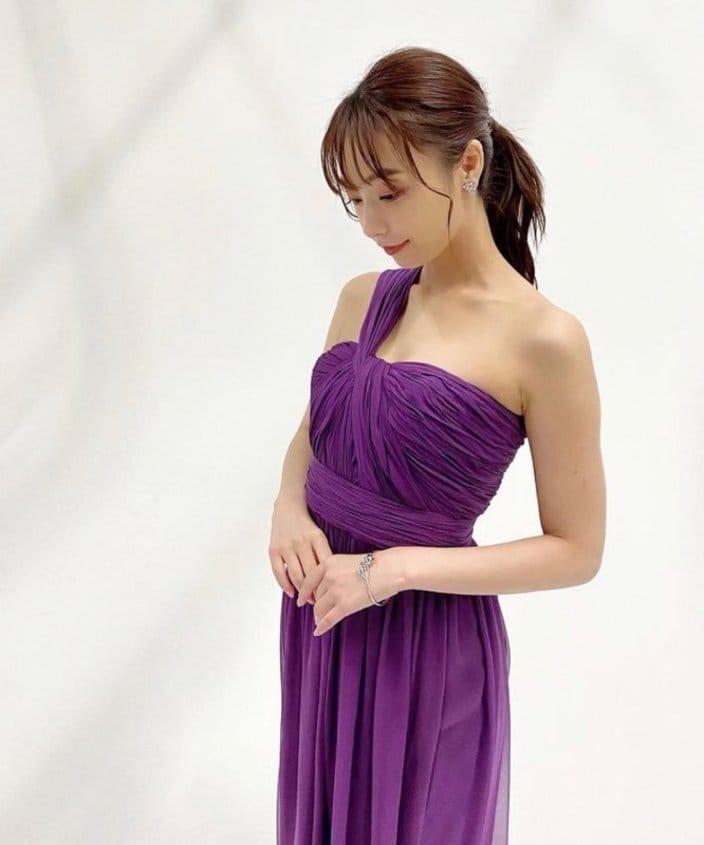 宇垣美里「肩出しドレスでフェロモン全開!」胸の谷間に団扇のせも見事【画像3枚】の画像