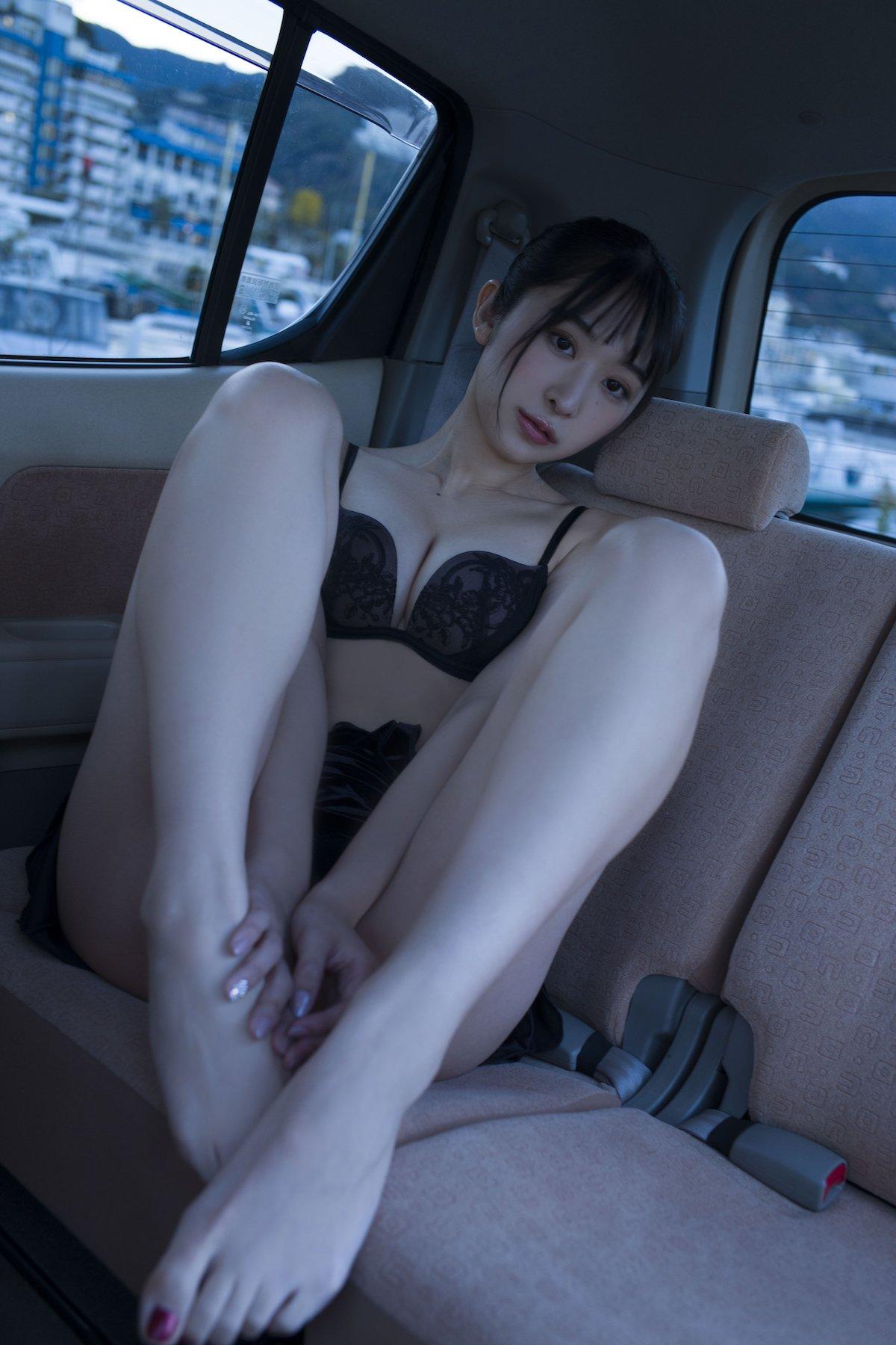 真島なおみ「車の中で生着替え」誰かに見られちゃった?『STRiKE!』グラビアのオフショットを大公開!【画像6枚】の画像006