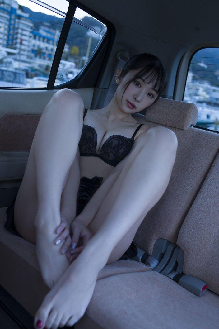 真島なおみ「車の中で生着替え」誰かに見られちゃった?『STRiKE!』グラビアのオフショットを大公開!【画像6枚】の画像