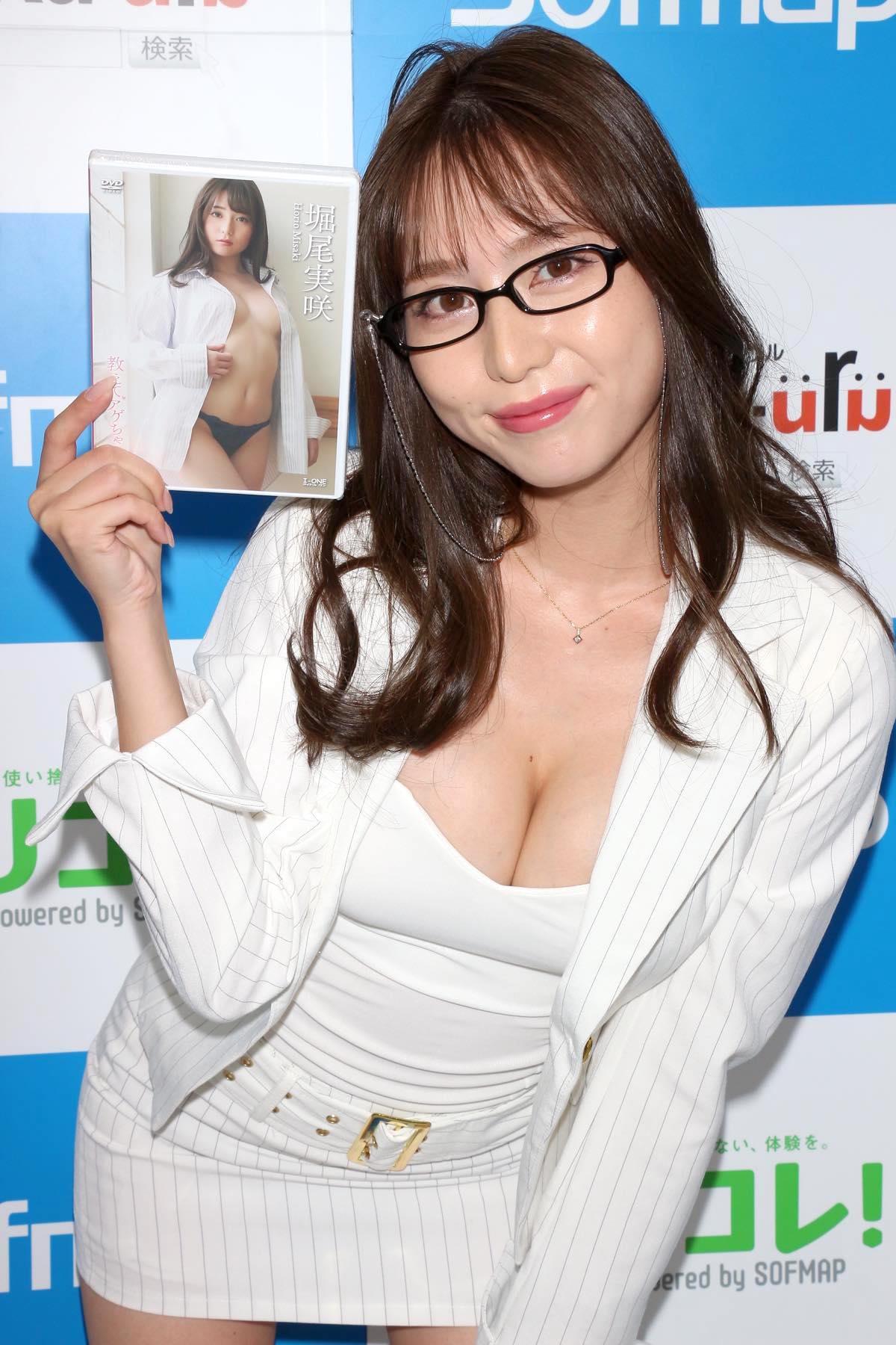 堀尾実咲「シャツの下は着てないの」危ない撮影に挑戦【写真42枚】の画像039