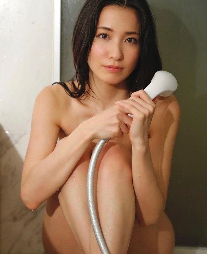 """""""オトナ美女""""戸田れい「まさかハダカ?」シャワールームでびしょ濡れの画像"""