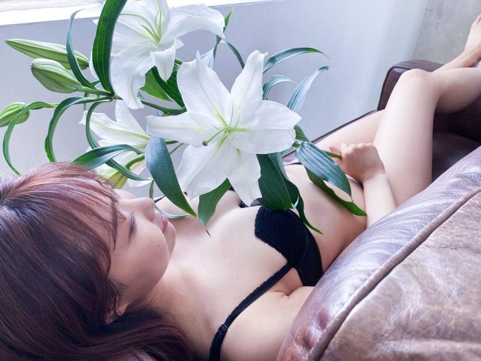 NMB48加藤夕夏「お花になりたい人が続出!」セクシーなオフショット公開に大反響【写真3枚】の画像002